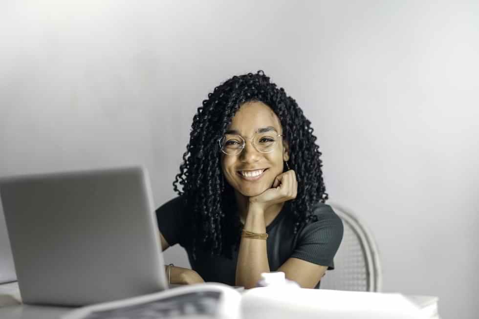 pessoa sorridente em frente ao computador
