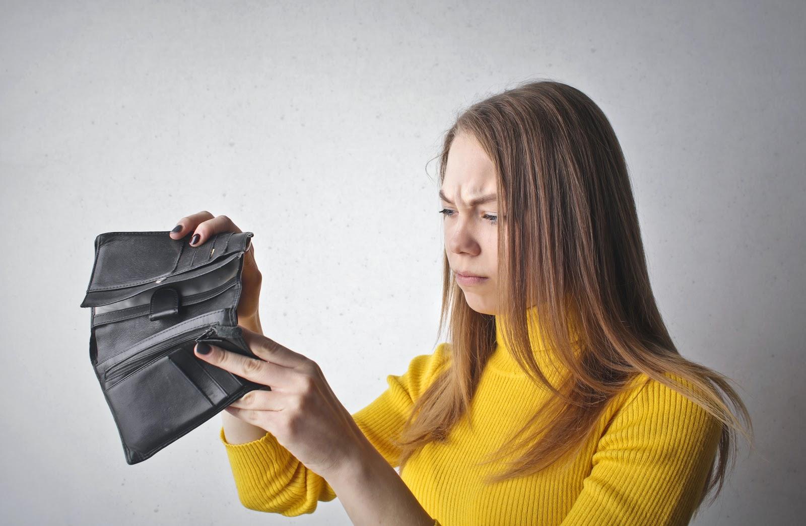 mulher-olhando-a-carteira