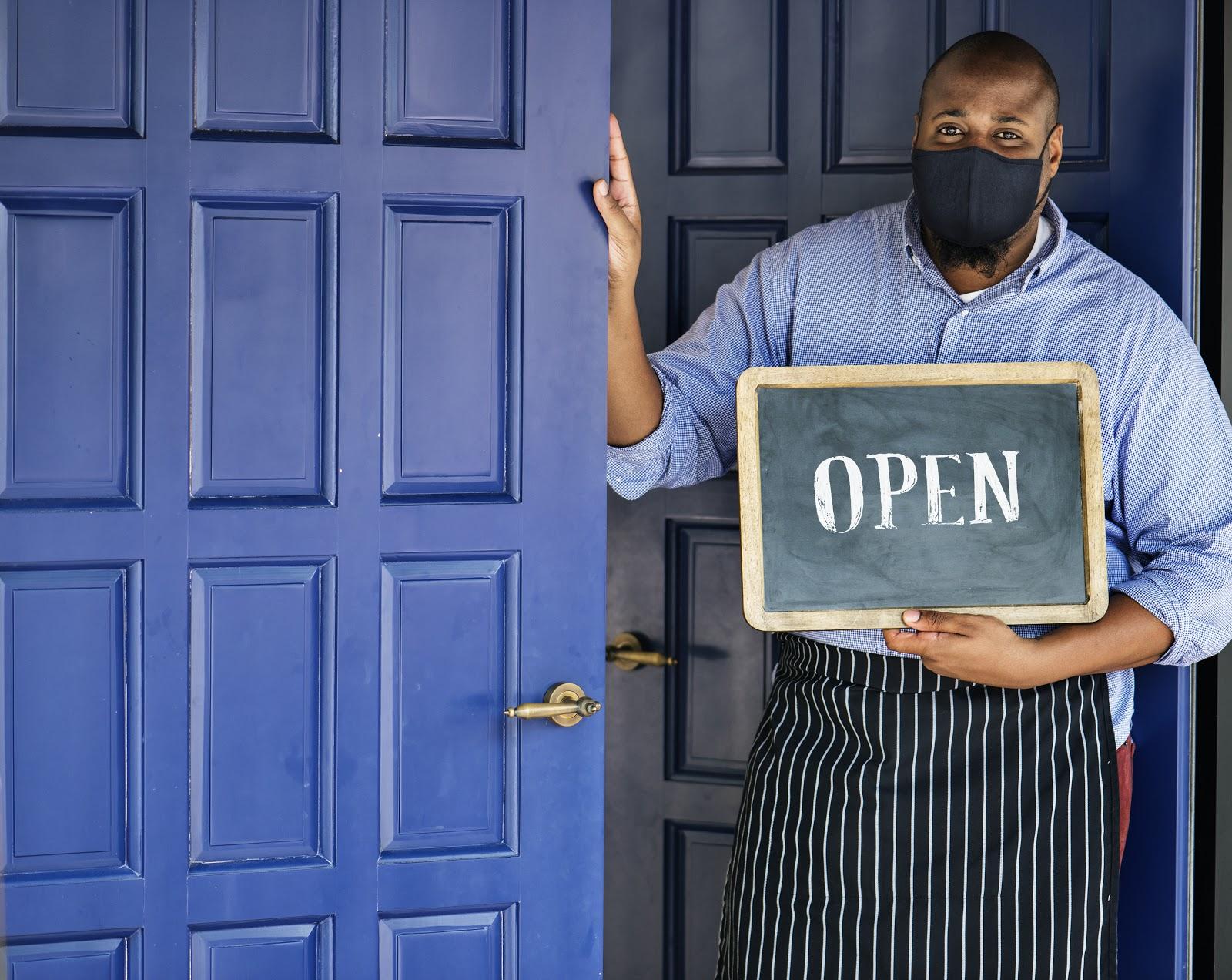 Dono de negócio usando máscara durante pandemia