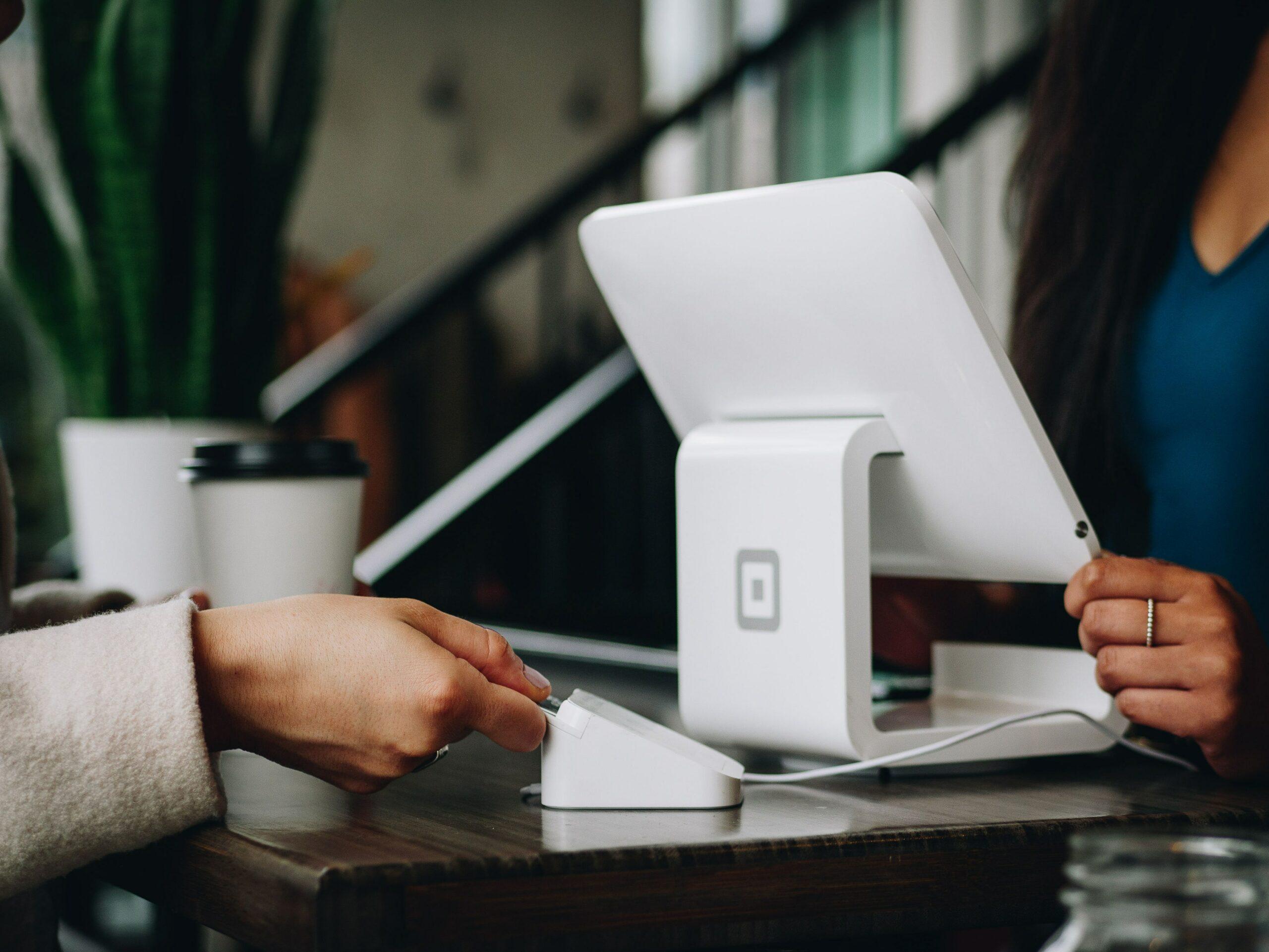mulher-pegando-crédito-online