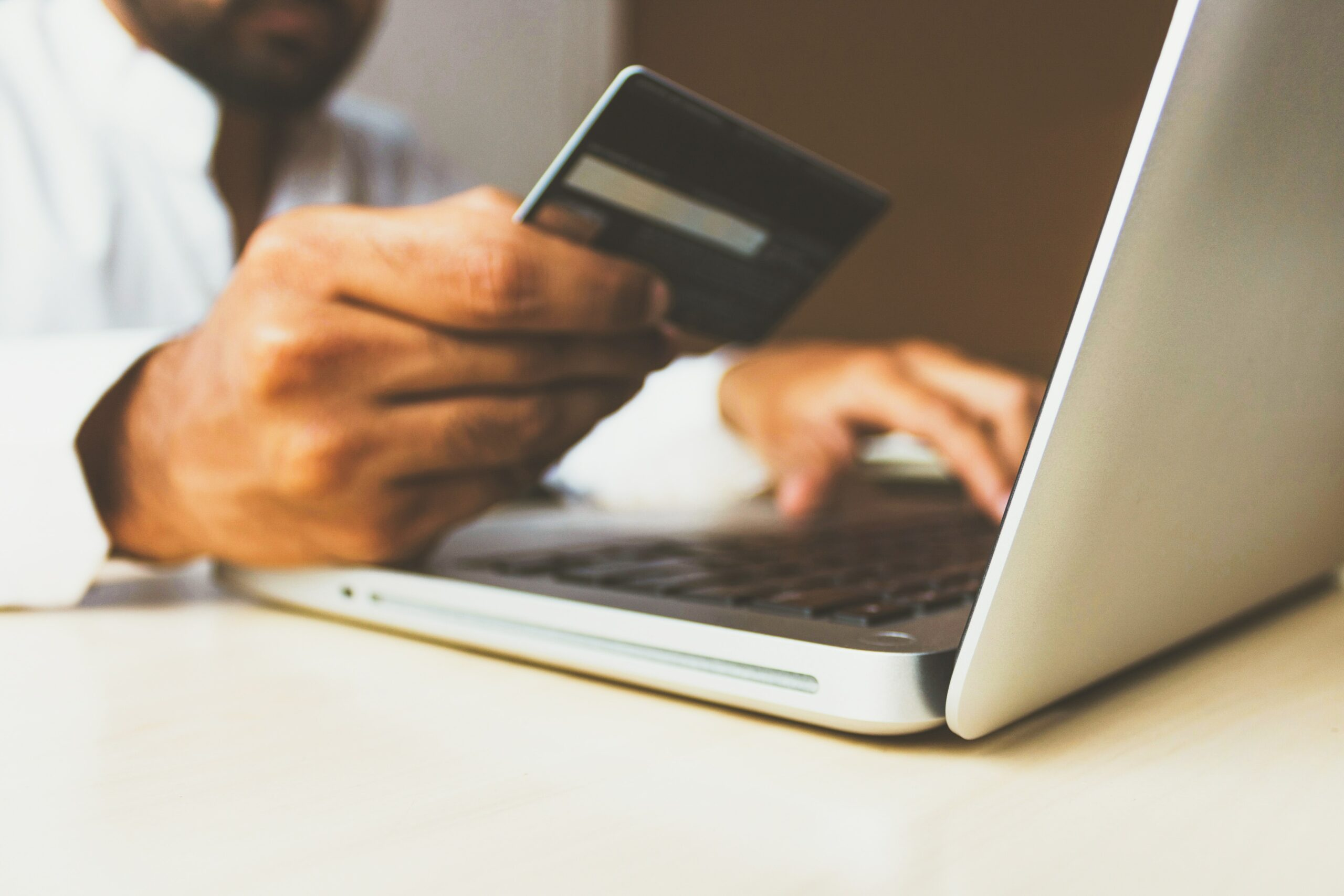 homem-pegando-credito-pessoal-online