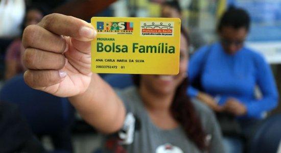 bolsa-família-mulher-segurando-cartão