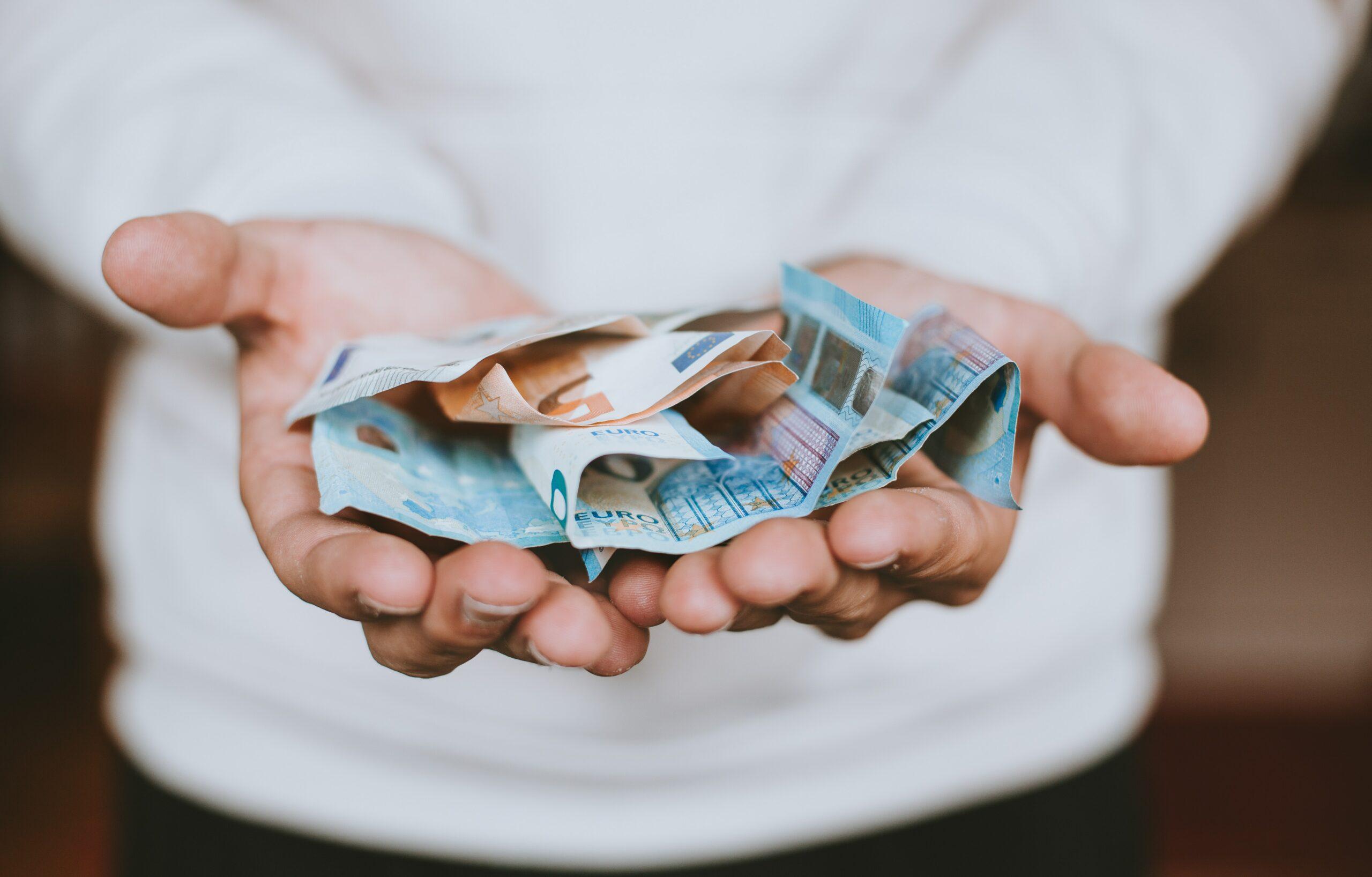 emréstimo-online-mãos-com-dinheiro
