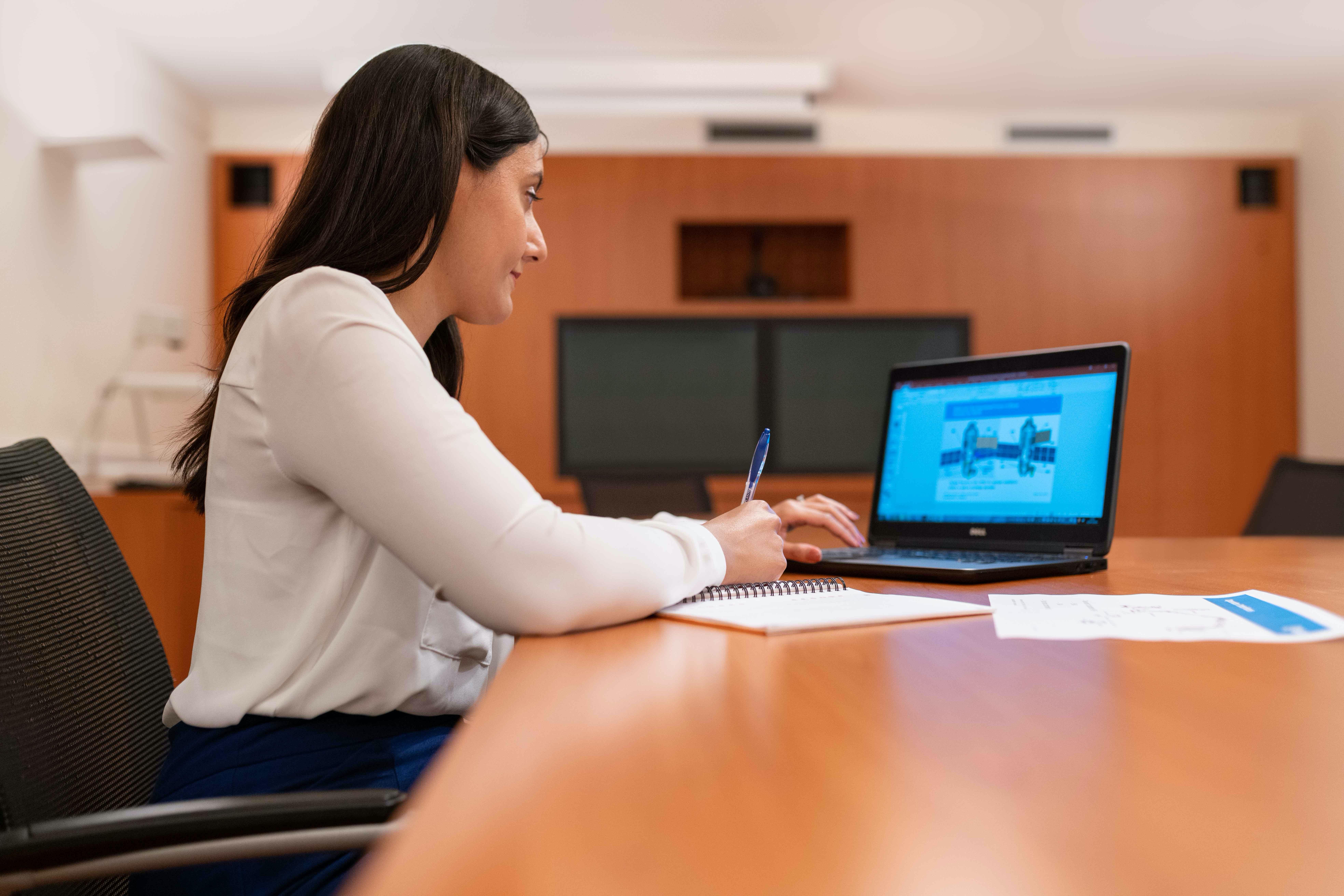 emprestimo-online-mulher-organizando-as-dividas